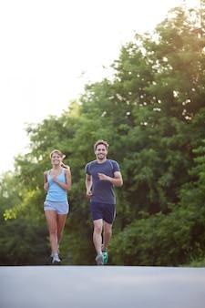 Couple en cours d'exécution en plein air