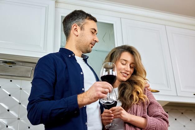 Couple, cuisine, boire, rouge, vin