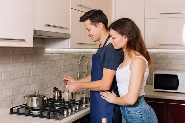 Couple cuisine ensemble dans la cuisine à la maison