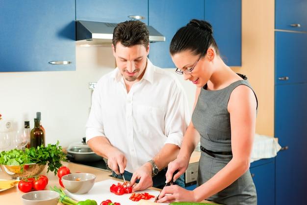 Couple cuisine ensemble dans cuisine