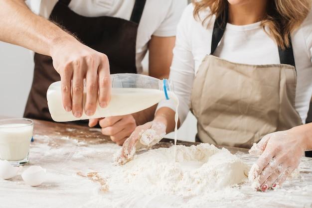 Couple cuisine ensemble gâteau