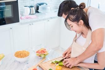 Couple cuisine ensemble