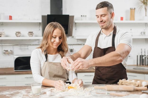 Couple cuisine gâteau