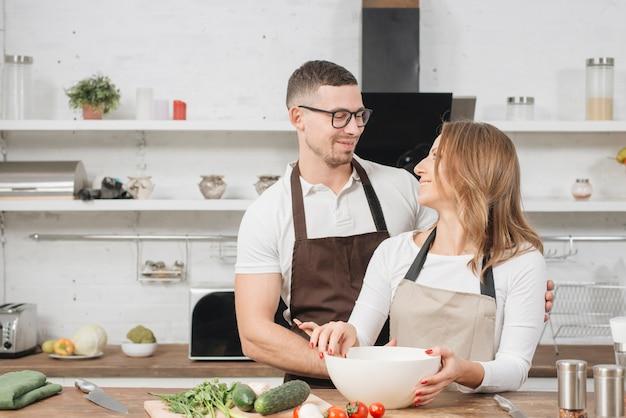 Couple cuisine à la maison