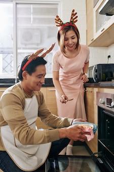 Couple de cuisine pour le dîner de noël