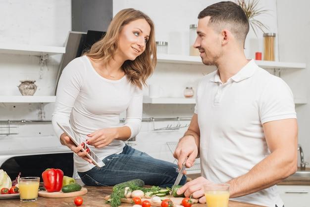 Couple cuisine avec tablette à la maison