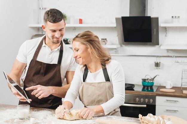 Couple cuisine avec tablette