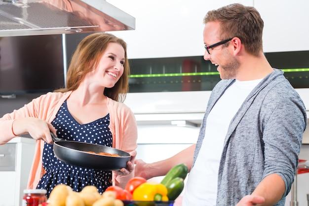 Couple la cuisson des pâtes dans la cuisine domestique