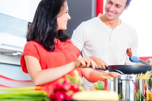 Couple, cuisson, pâtes, dans, cuisine domestique