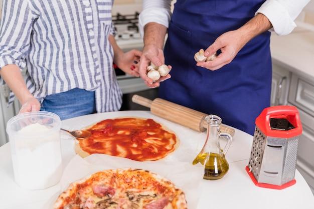 Couple, cuisson, pizza, à, champignons