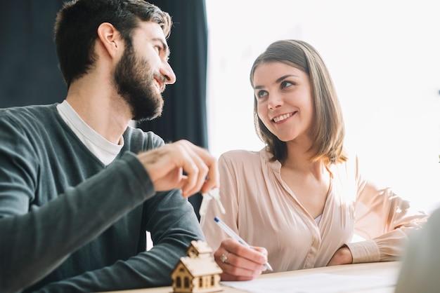 Couple dans l'agence immobilière