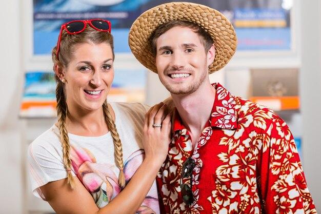 Couple dans une agence de voyage