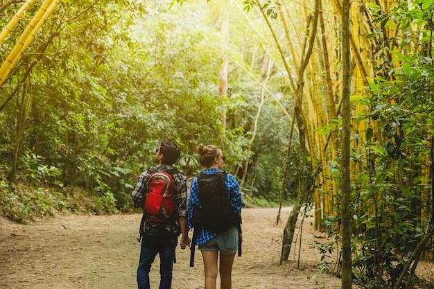 Couple dans le backview de la forêt de bambou