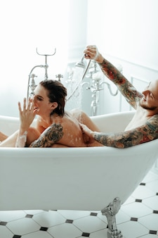 Couple dans une baignoire