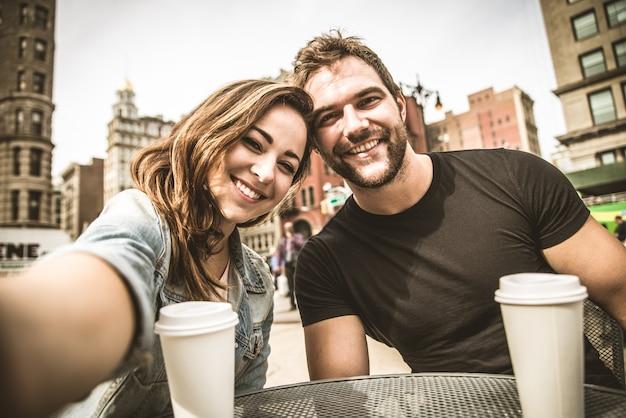 Couple dans un bar en plein air