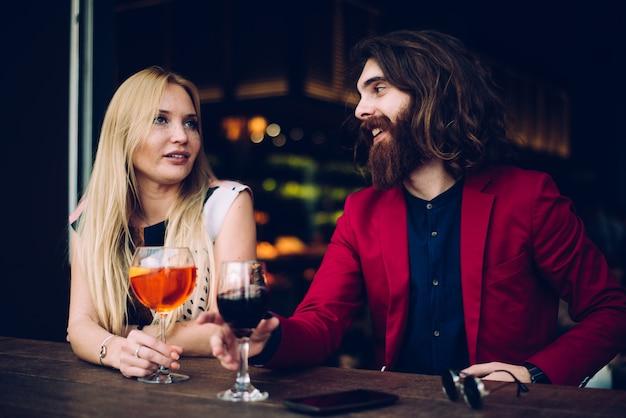 Couple dans un bar