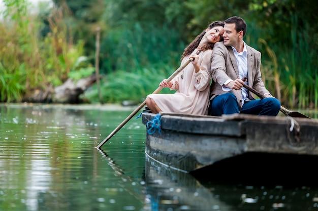 Couple dans le bateau