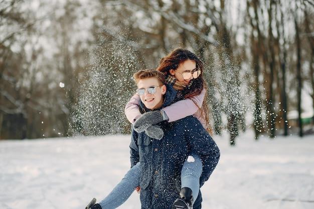 Couple dans un bois
