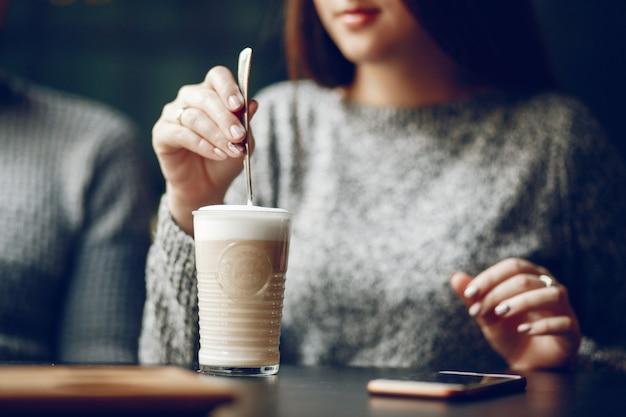 Couple dans un café