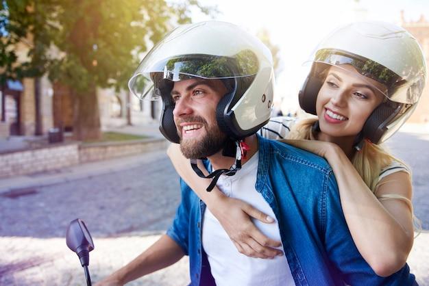 Couple, dans, casques, équitation, a, scooter