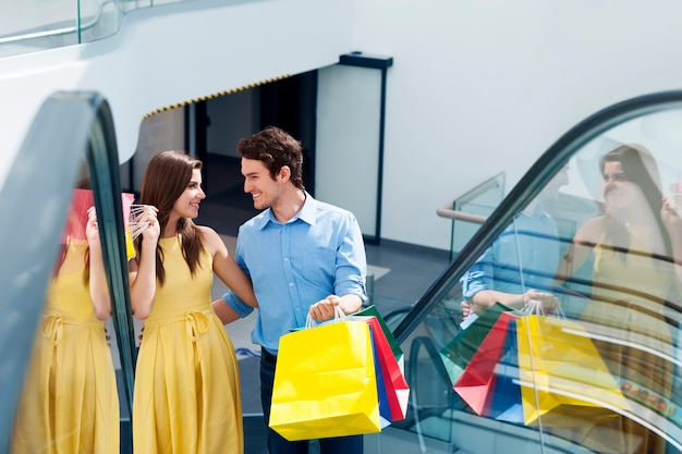 Couple dans un centre commercial