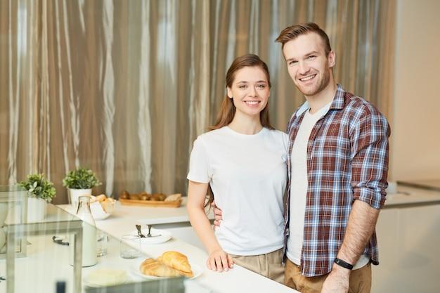 Couple dans la cuisine