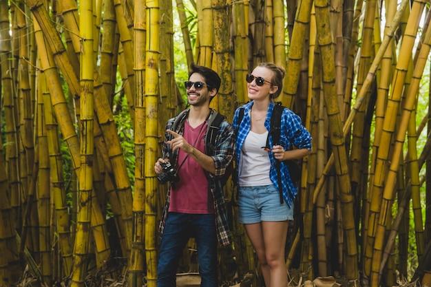 Couple dans la forêt de bambous