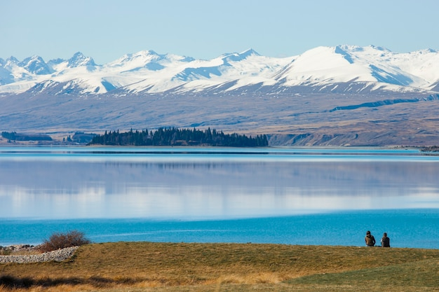 Couple dans le lac en regardant les montagnes. île du sud de la nouvelle-zélande