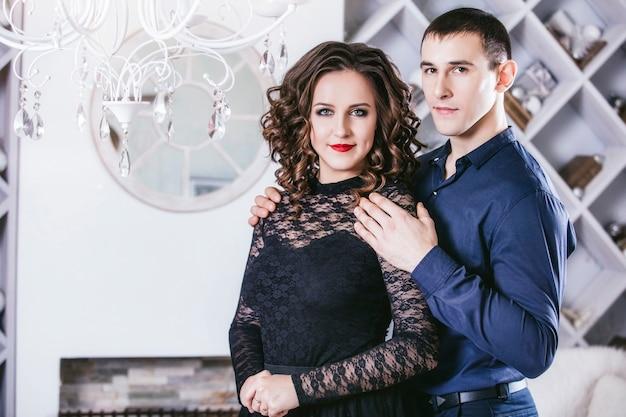 Couple dans une mode d'intérieur de maison moderne festive