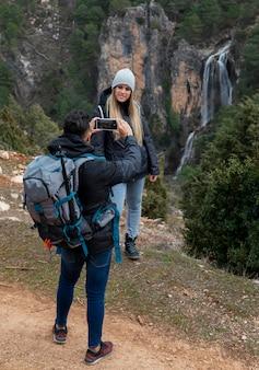 Couple dans la nature, prendre des photos avec mobile