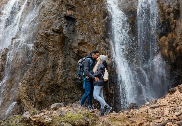 Couple dans la nature s'embrasser