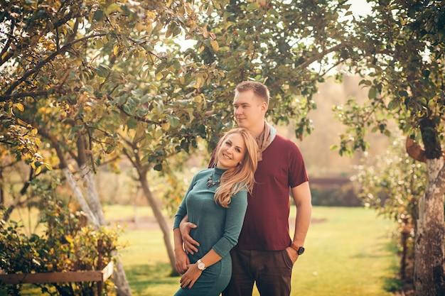 Couple dans le parc en automne