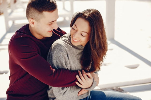Couple dans un parc d'hiver