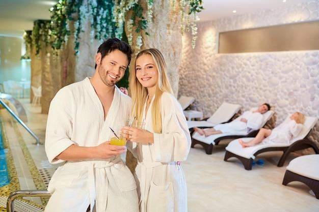 Un couple dans les peignoirs du spa se repose.