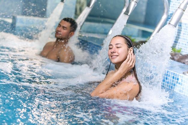 Couple dans la piscine d'hydrothérapie