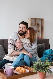 Couple, dans, salle de séjour, étreindre