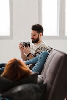 Couple, dans, salle de séjour, prendre photos