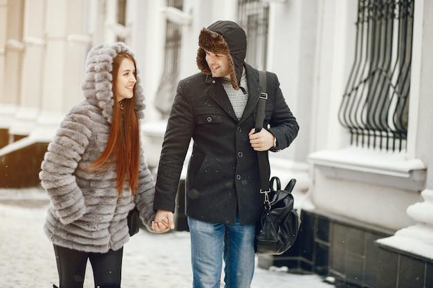 Couple dans une ville d'hiver