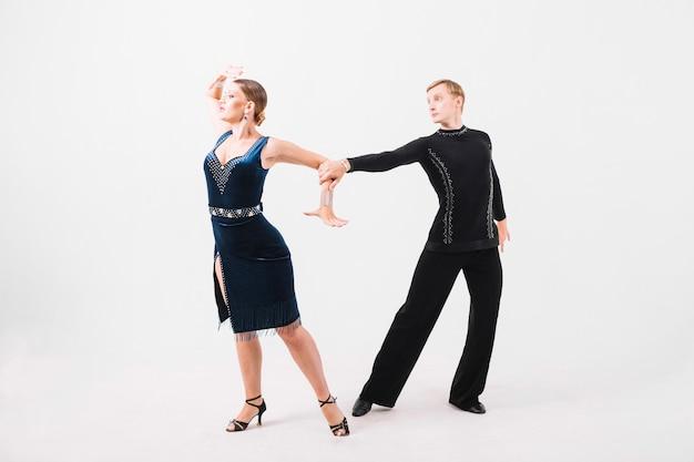 Couple dansant la danse émotionnelle