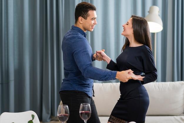 Couple dansant ensemble le jour de la saint-valentin