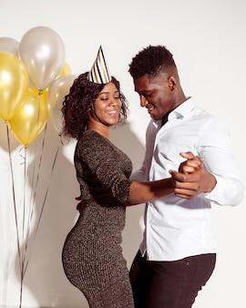 Couple dansant joyeux anniversaire