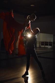 Couple de danse passion, femme sautant