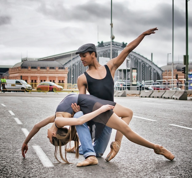 Couple de danseurs de ballet dans la ville