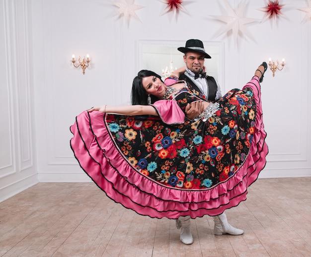 Couple de danseurs exécutant une danse gitane rapide. photo avec un espace pour le texte