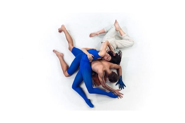 Le couple de danseurs modernes art contemp dance bleu et blanc combinaison d'émotions