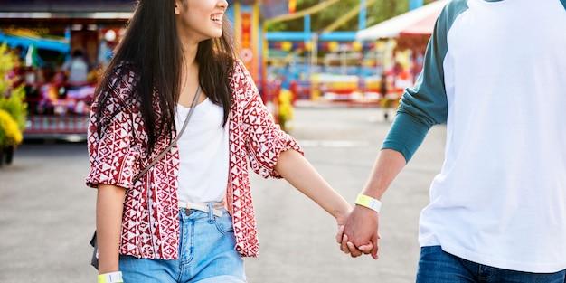 Couple datant du parc d'attractions funfair concept de bonheur ludique festif