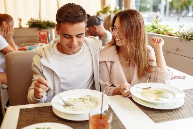 Couple à une date dans un restaurant