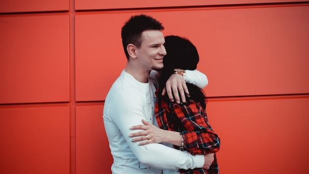 Couple dating et étreindre amoureux dans un milieu urbain dans une journée ensoleillée