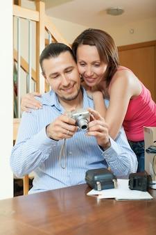 Couple déballage d'un nouvel appareil photo numérique compact