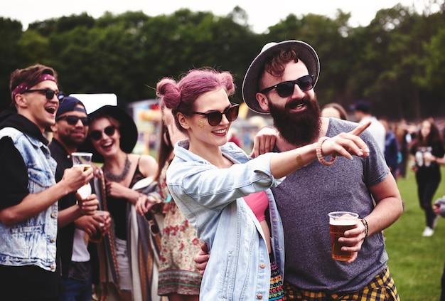 Couple debout dans la foule au festival de musique